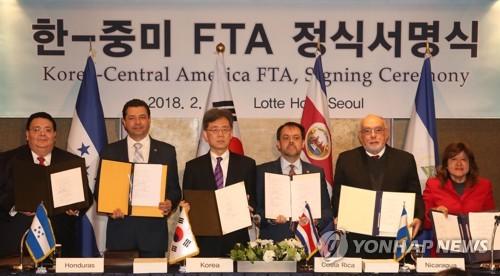ソウルで行われた署名式の様子。左から3人目が韓国産業通商資源部の金鉉宗(キム・ヒョンジョン)通商交渉本部長=21日、ソウル(聯合ニュース)