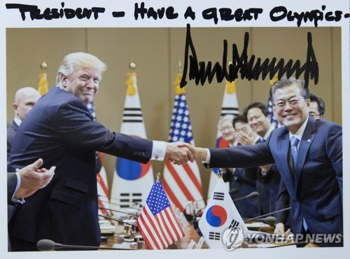 트럼프 미국 대통령이 문 대통령에게 보낸 자필 사진
