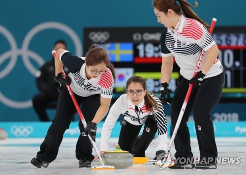 This file photo taken Feb. 25, 2018, shows South Korean curlers competing in the women's curling final against Sweden at the 2018 PyeongChang Olympics at Gangneung Curling Centre in Gangneung, Gangwon Province. (Yonhap)