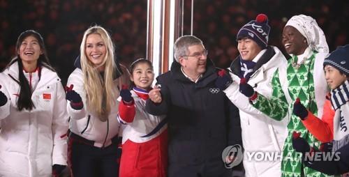 [올림픽] 선수들과 감사의 인사하는 바흐 위원장