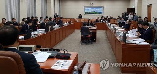 国会環境労働委員会の全体会議=27日、ソウル(聯合ニュース)