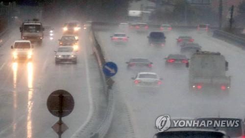 비 내리는 도로