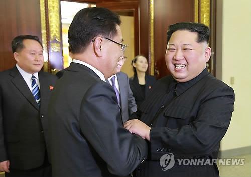 정의용 특사와 반갑게 악수하는 김정은 위원장