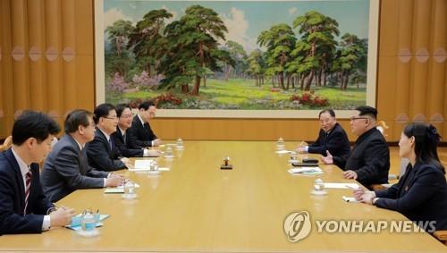 金正恩氏(右側中央)と面談する韓国特使団(青瓦台提供)=6日、ソウル(聯合ニュース)