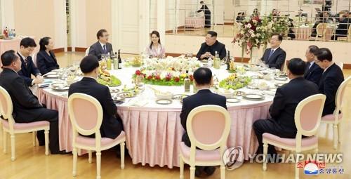 Le dirigeant nord-coréen Kim Jong-un (au centre) offre un dîner à Pyongyang, le lundi 5 mars 2018, aux envoyés spéciaux du président Moon Jae-in. L'épouse de Kim, Ri Sol-ju (à gauche de Kim) et sa petite sœur Kim Yo-jong ont également assisté au dîner. (Utilisation en Corée du Sud uniquement et redistribution interdite) (KCNA=Yonhap)