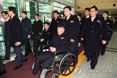 南北出入事務所に到着した北朝鮮選手団=7日、京畿道・坡州(写真共同取材団=聯合ニュース)