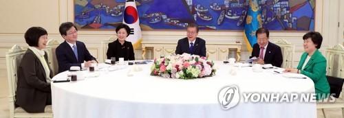 与野党5党の代表と会合する文大統領(右から3人目)=7日、ソウル(聯合ニュース)