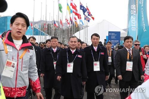 Les membres de la délégation nord-coréenne arrivent au village des athlètes de PyeongChang le mercredi 7 mars 2018, à deux jours de l'ouverture des Jeux paralympiques d'hiver de PyeongChang.