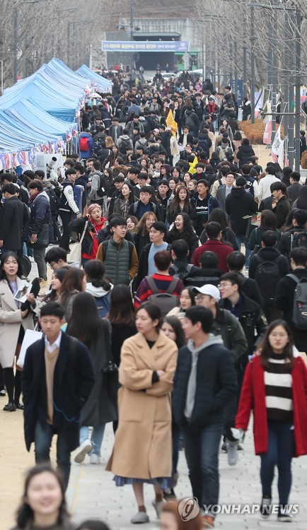 Student clubs lure newcomers at S. Korean university