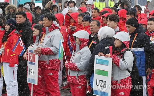 3月8日,在江原道平昌运动员村,朝鲜代表团参加入村仪式。(韩联社)