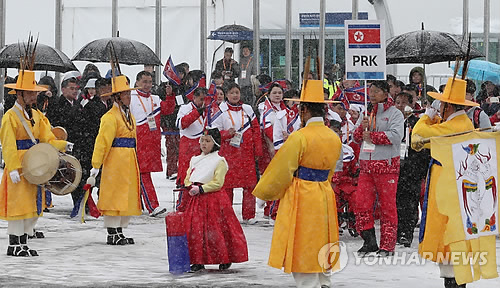 3月8日,在江原道平昌运动员村,朝鲜代表团入场准备参加入村仪式。(韩联社)