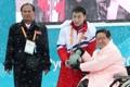 朝鲜冬残奥代表队向奥运村长赠礼