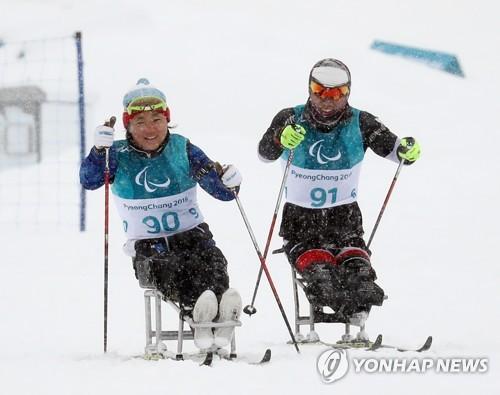 Le skieur de fond Sin Eui-hyun (à droite) et la skieuse de fond Lee Do-yeon s'entraînent le jeudi 8 mars 2018 au centre de biathlon d'Alpensia à PyeongChang, à la veille de l'ouverture des Jeux paralympiques de PyeongChang.