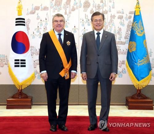 대한민국 훈장 받은 바흐 IOC위원장