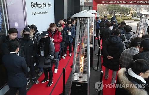 갤럭시 S9 개통 기다리는 고객들