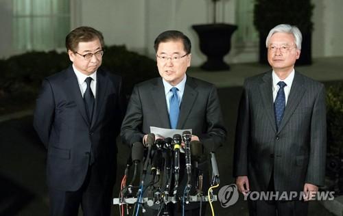 Le conseiller à la sécurité nationale de Cheong Wa Dae, Chung Eui-yong, annonce les résultats de sa rencontre avec le président américain Donald Trump le jeudi 8 mars 2018 à la Maison-Blanche. A gauche se trouve le directeur du Service national du renseignement (NIS) Suh Hoon et à droite l'ambassadeur sud-coréen aux Etats-Unis, Cho Yoon-je. © Cheong Wa Dae.