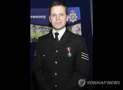 피습 러 스파이 부녀 돕다 신경가스 노출된 英경찰관