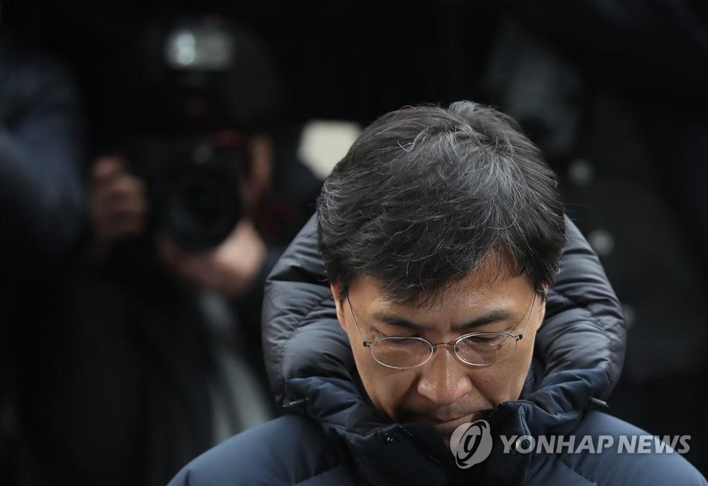 """안희정 검찰 출석 """"죄송합니다"""""""