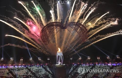 3月9日,在江原道平昌奥林匹克体育场举行的2018平昌冬残奥会开幕式上,圣火被点燃的同时上演了华美的烟火秀。(韩联社)
