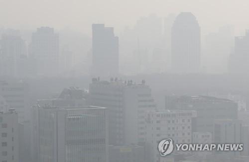 资料图片:2018年3月11日,首尔市被重度雾霾笼罩。当天,首尔细颗粒物浓度为50微克/立方米。(韩联社)