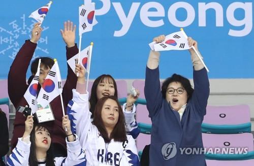 3月11日下午,在江原道江陵冰球中心,2018平昌冬残奥会冰球比赛韩国对阵捷克。韩国第一夫人金正淑女士(右一)为韩国队加油助威。(韩联社)