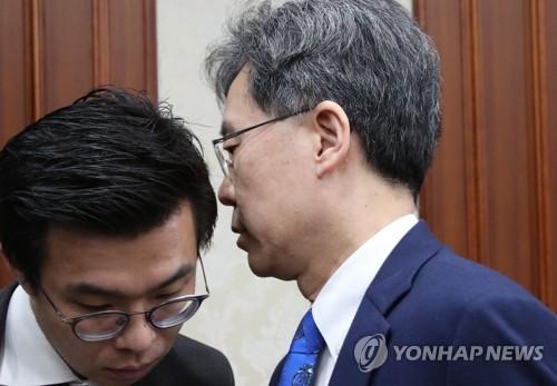 대외경제장관회의중 직원과 대화하는 김현종 본부장