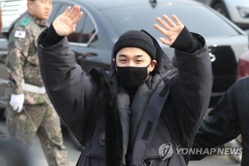 3月12日上午,在江原道陆军第6师团,太阳朝着歌迷们挥手致意。(韩联社)