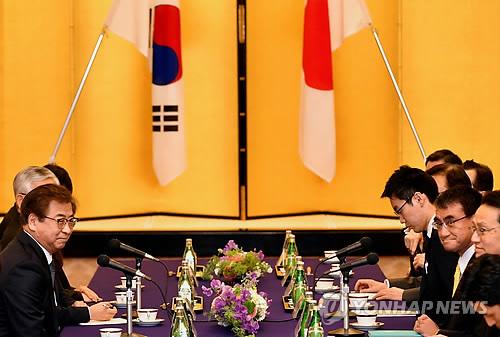 3月12日,在日本外务省,韩总统特使、国家情报院院长徐薰(左)同日本外务大臣河野太郎(右二)举行会晤。(韩联社)