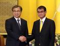 韩总统特使与日本外务大臣握手