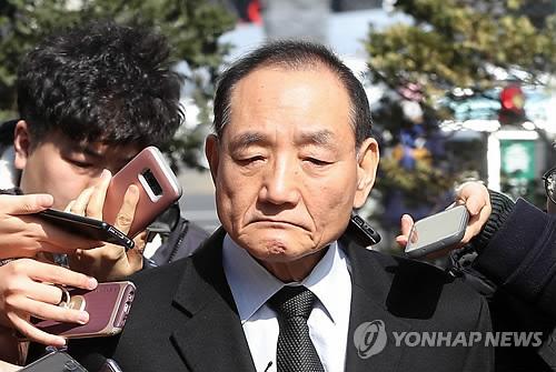 김효재 전 정무수석, 굳게 다문 입