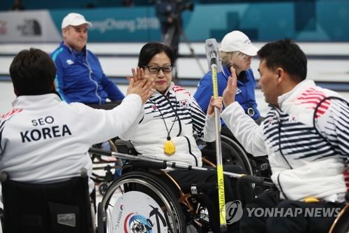 승리하고 기뻐하는 한국 선수들