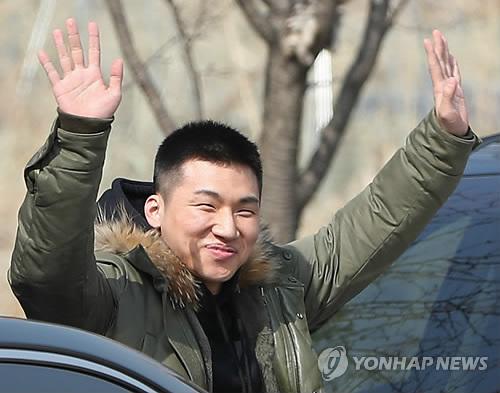 入隊前に笑顔で手を振りながらファンにあいさつするD−LITEさん=13日、華川(聯合ニュース)