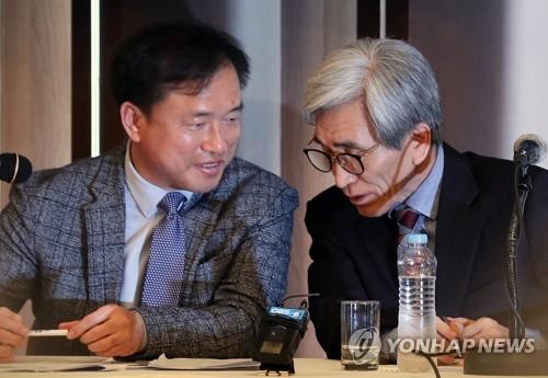 대화나누는 정해구 의원장과 김종철 부위원장