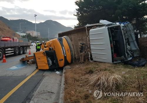 광주순환도로서 트럭이 통행료 내던 차 추돌
