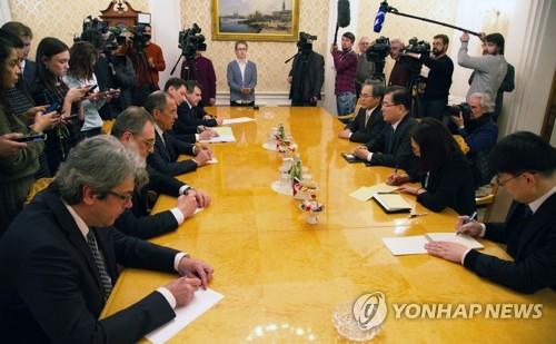 ラブロフ外相(左手前から3人目)と会談する鄭国家安保室長(右手前から3人目)=13日、モスクワ(聯合ニュース)