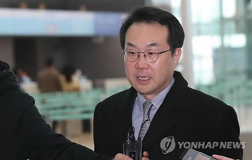 仁川国際空港から米国へ出発する李本部長=14日、仁川(聯合ニュース)