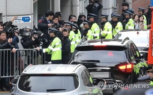 Le véhicule transportant l'ex-président Lee Myung-bak se dirige vers le Parquet central du district de Séoul le mercredi 14 mars 2018 pour un interrogatoire sur des allégations de corruption, de détournement de fonds et d'abus de pouvoir.