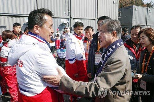 北朝鮮選手団をねぎらう文大統領(大統領府提供)=14日、平昌(聯合ニュース)