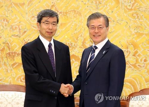 문 대통령, 나카오 다케히코 ADB 총재와 악수