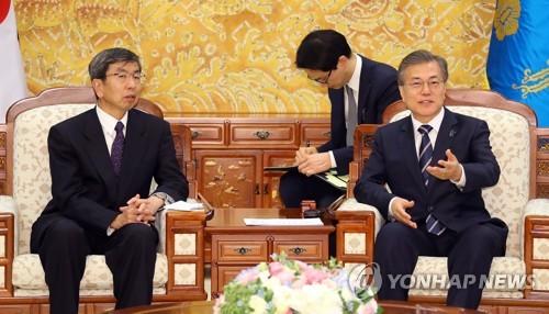 얘기 나누는 문 대통령과 나카오 다케히코 ADB 총재
