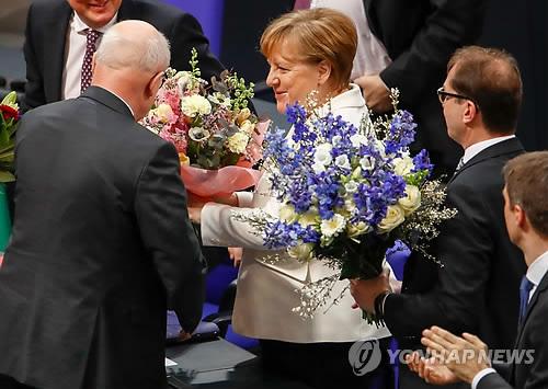 축하 꽃다발에 둘러싸인 메르켈 [AFP=연합뉴스]