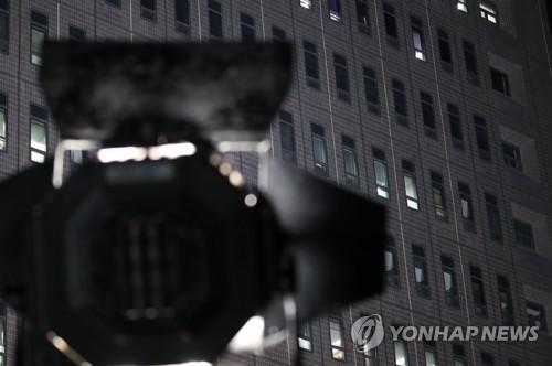 [MB소환] 불 밝힌 중앙지검…10층 조사실은 '컴컴'