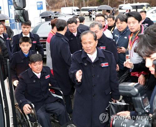 버스 탑승하는 북한 패럴림픽 선수단