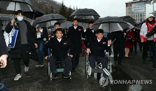 북한 선수단 빗속의 퇴촌식