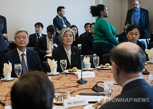 3月15日,在美国议会,康京和(中)与美国议员们交谈。(韩联社)
