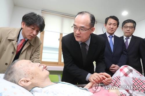 검찰총장, 박종철 열사 부친 위독 소식 듣고 재방문