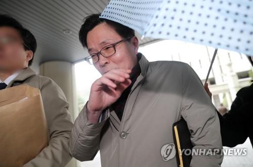 공판 마친 '성폭력' 김문환 전 대사