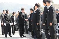 홍준표 대표와 악수하는 이낙연 총리