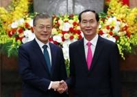 베트남을 국빈방문 중인 문재인 대통령이 23일 오전  호찌민 묘소에 헌화한 뒤 하노이 주석궁 대정원에서 한-베트남 단독 정상회담을 가졌다.