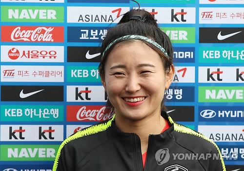 취재진과 인터뷰하는 조소현